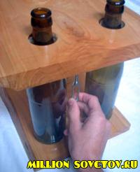 Полка из дерева и бутылок