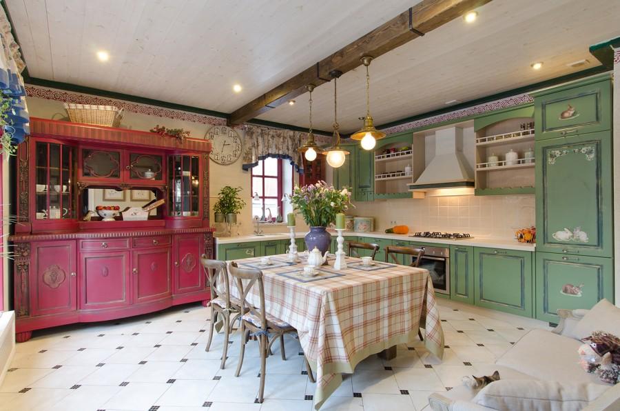 кухня в стиле кантри в голубых и бордовых тонах