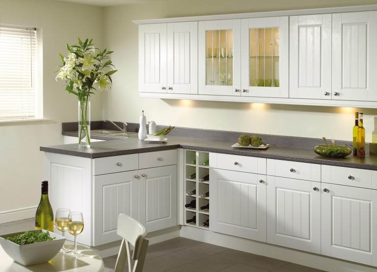 кухня в стетлых оттенках, мебель в стиле кантри