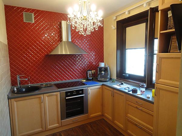 кухня с красной стеной