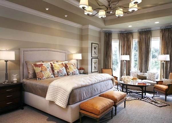 спальня: обои горизонтальными полосоками разных цветов