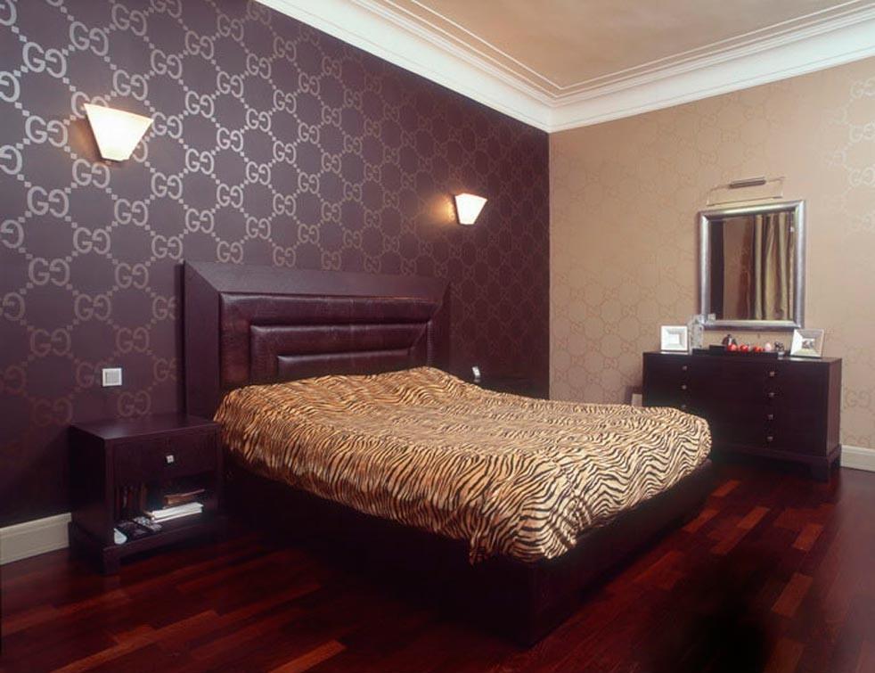 Одна стена в спальне выделена обоями одинаковым рисунком, но другого цвета