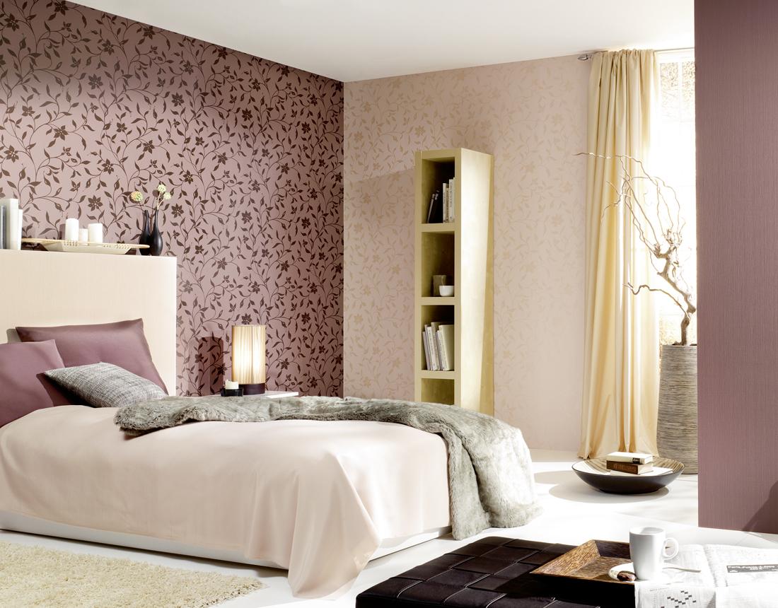 Одна стена в спальне выделена обоями с одинаковым рисунком, но другого цвета