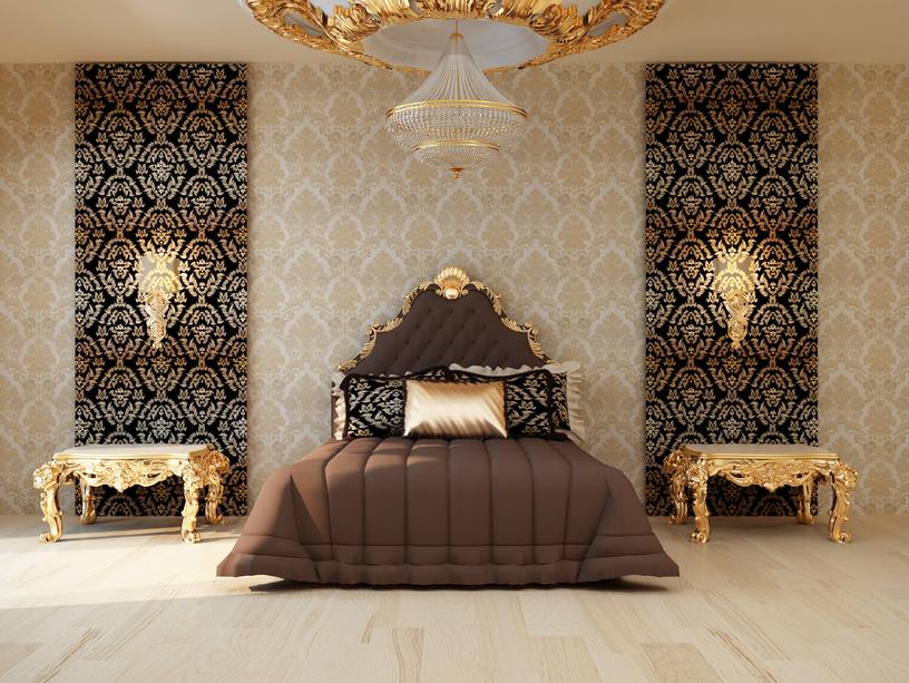 спальня: обои вертикальными полосками: черный и белый цвет с золотым рисунком