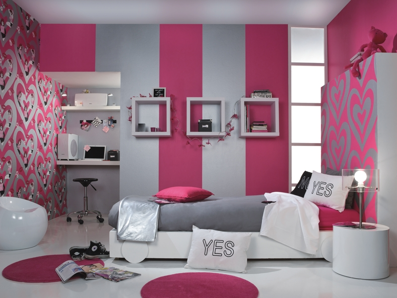 спальня: обои вертикальными полосками: серый, малиновый цвет.