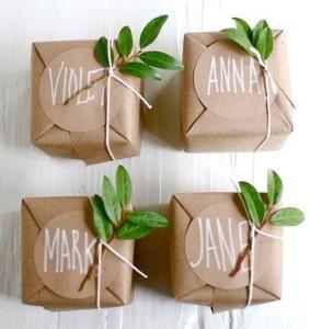 упаковка подарка с помощью обычной бумаги, веревки и веточки куста